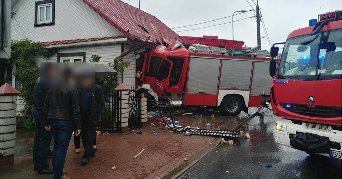 wóz strażacki wjechał w dom