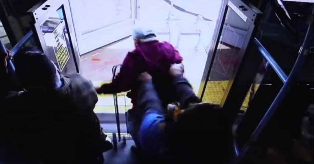 kobieta wypchnęła staruszka z autobusu