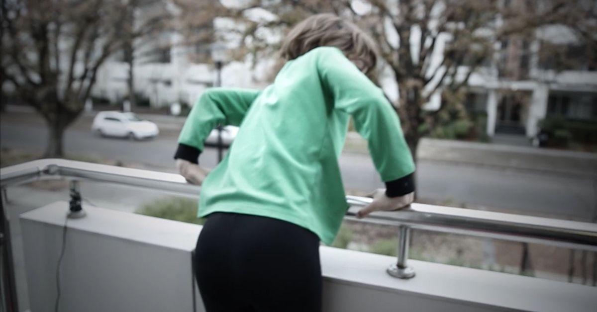dziecko na balkonie
