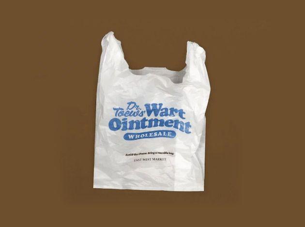 Sklep umieścił na plastikowych torbach krępujące napisy. Czemu chcą zawstydzić klientów?