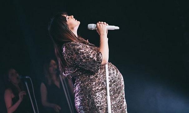 Ewa Farna w zaawansowanej ciąży na scenie