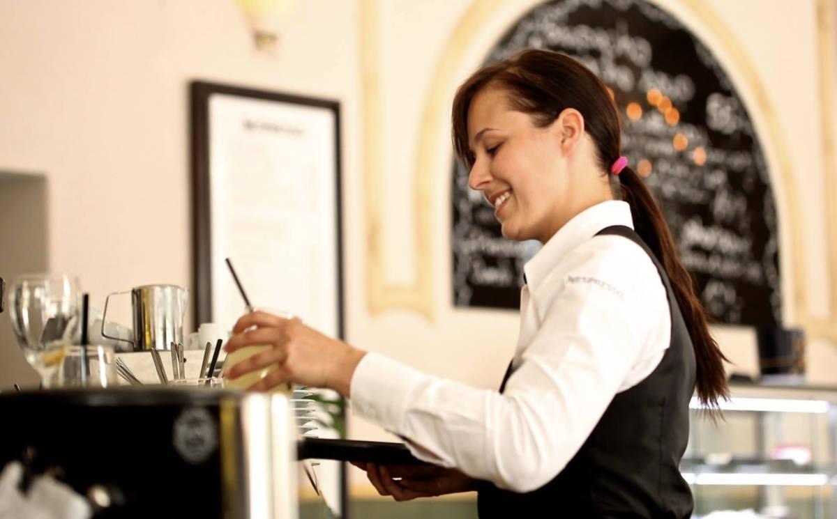 Dała kelnerce 20 zł napiwku. Gdy po chwili usłyszała jej rozmowę, zażądała zwrotu pieniędzy