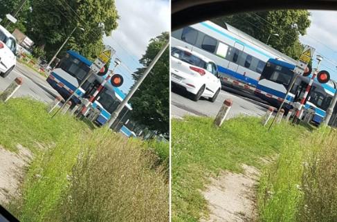 Autobus wjechał na przejazd kolejowy. Wtedy kierowca zauważył zbliżający się pociąg