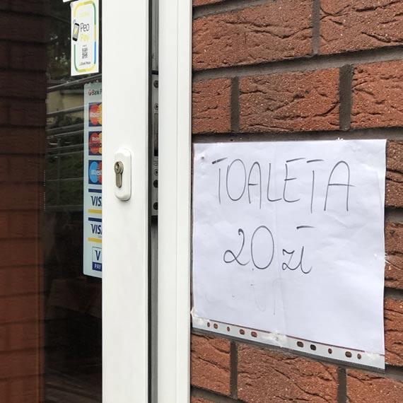 Cena toalety nad morzem