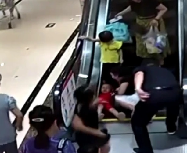 Horror 2-latka: Upadł na schodach, nagle mechanizm zaczął wciągać jego rączkę