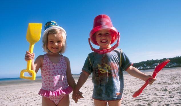 Turyści mają dość dzieci na wakacjach. Kupy na plażach czy sikanie do morza to już norma