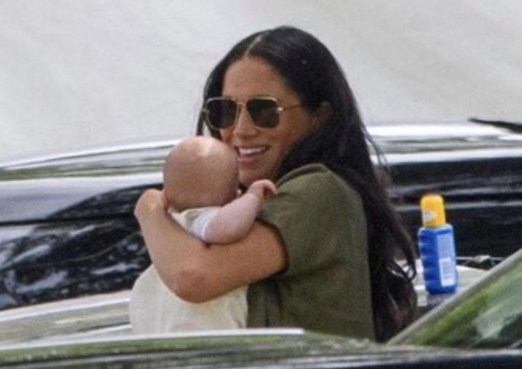 """Meghan ponownie w ogniu krytyki. """"Ty nawet nie umiesz trzymać własnego dziecka!"""""""