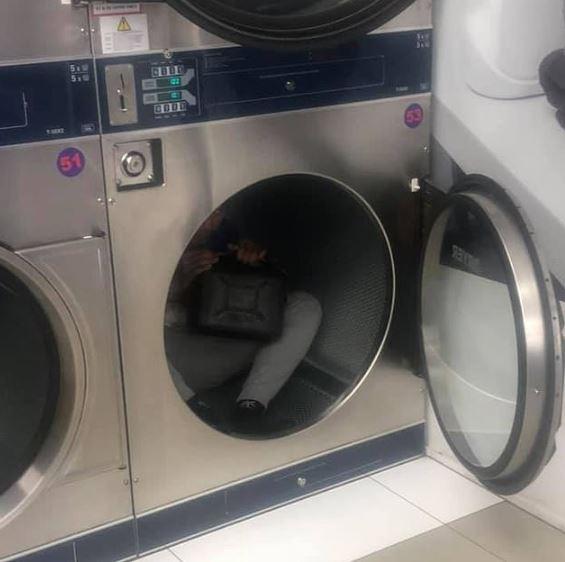 Otworzyła suszarkę w pralni. W środku siedział mały chłopiec, który w dłoniach trzymał kanister
