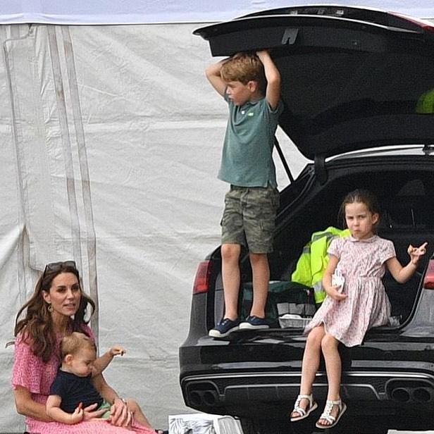 książę Georgę, księżna Kate, księżniczka Charlotte i książę Louis