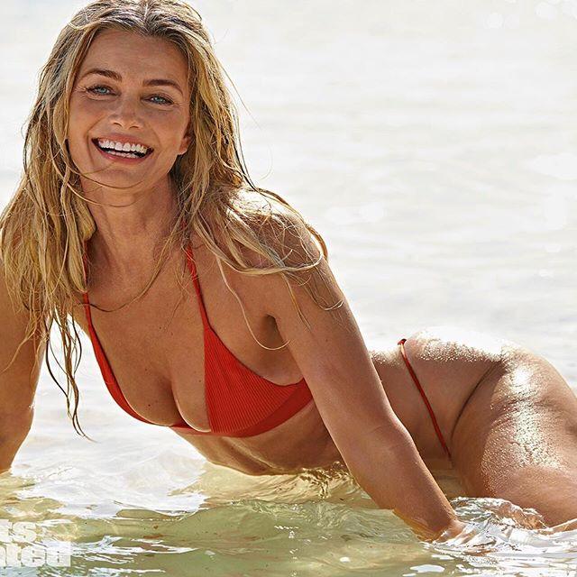Ma już 53 lata, ale nadal jest modelką. Jej figura w stroju kąpielowym powala!