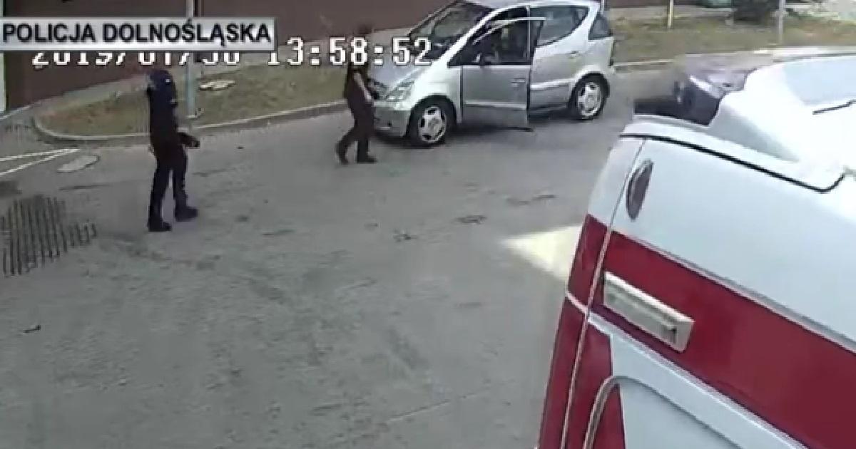 Policjanci eskortowali samochód z mdlejącym dzieckiem