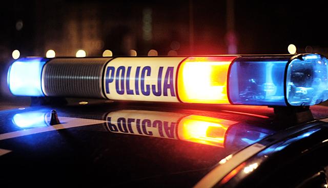 radiowóz policyjny w nocy