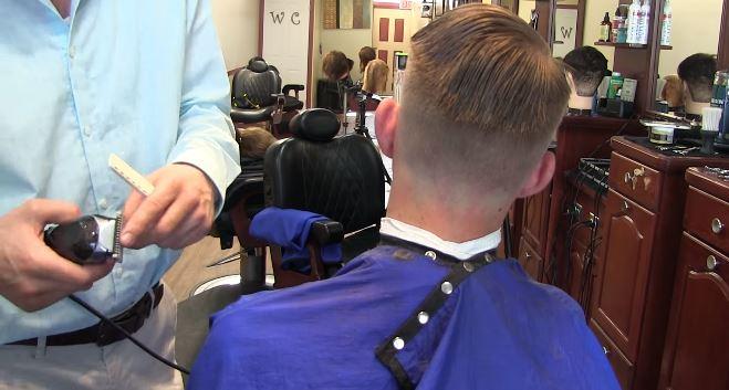 """Przyszła z synem do fryzjera. Nagle stylista wypalił: """"Odstrasza mi pani klientów"""""""