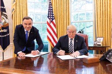 andrzej duda podpisujący współpracę z prezydentem trumpem w usa