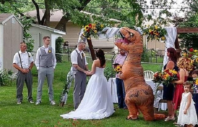 T-Rex na ślubie