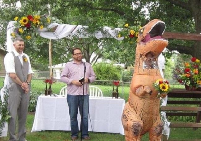 dziwny strój na weselu