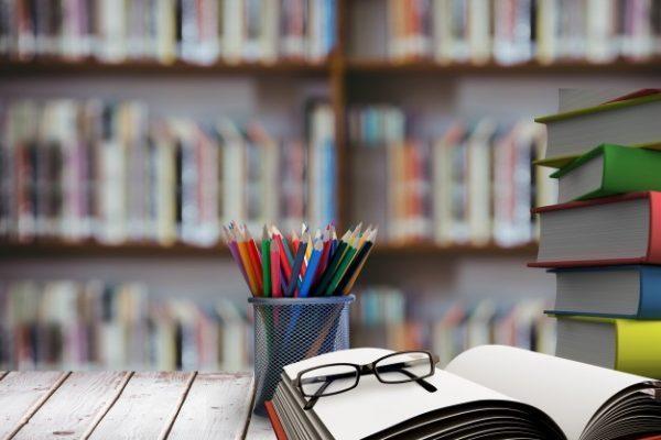 książki i przybory do pisania na stole