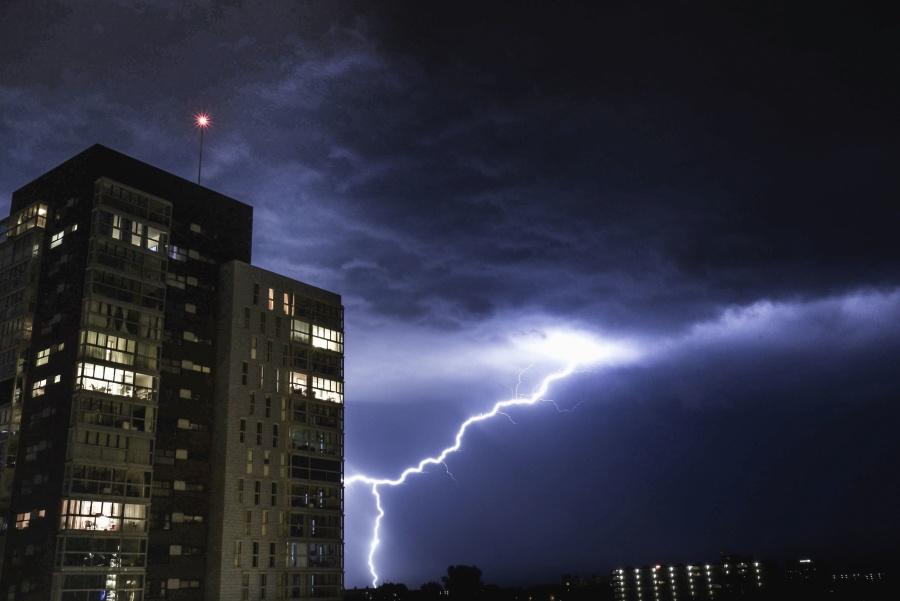 Przez Polskę przejdą burze i trąby powietrzne. Wydano ostrzeżenie dla 8 województw