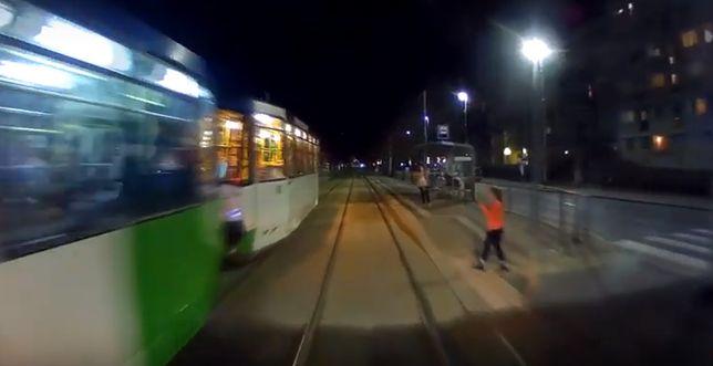 dziecko wpatrzone w telefon prawie weszło pod tramwaj...