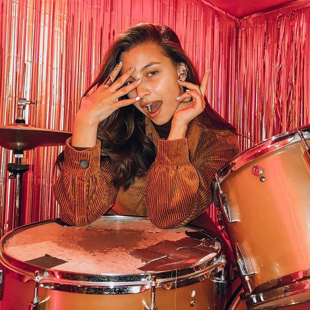 julia wieniawa przy perkusji