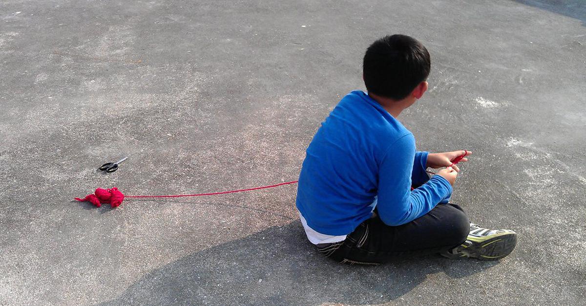 chłopiec na chodniku