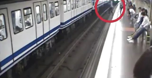 Kobieta weszła pod nadjeżdżający pociąg