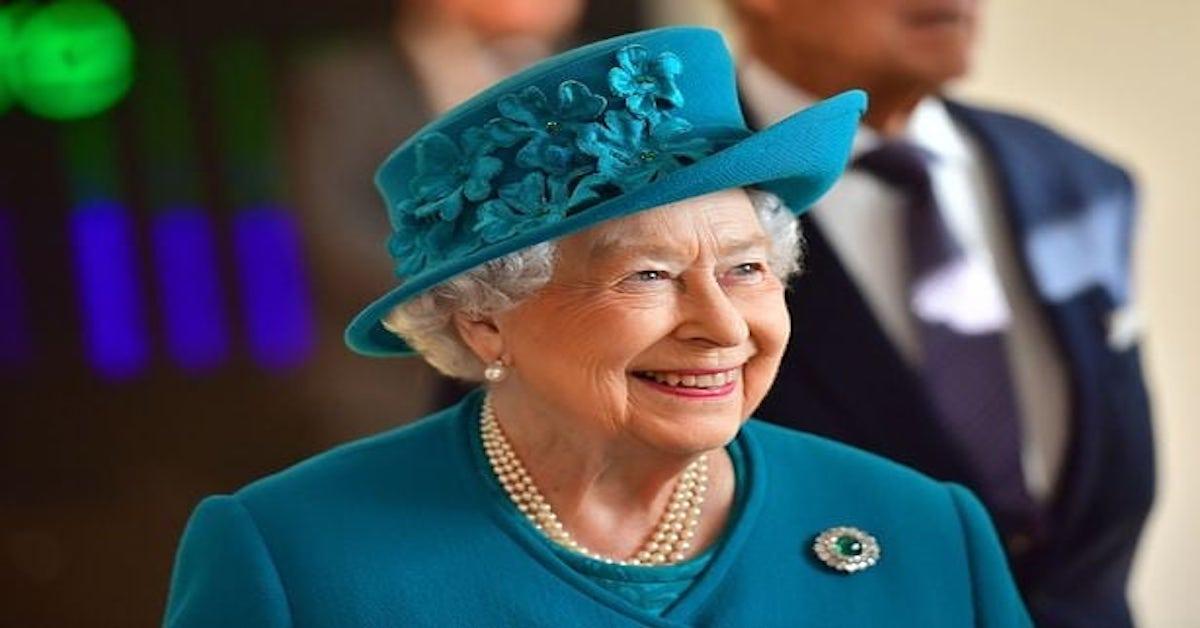 Elżbieta II ma sztuczną rękę