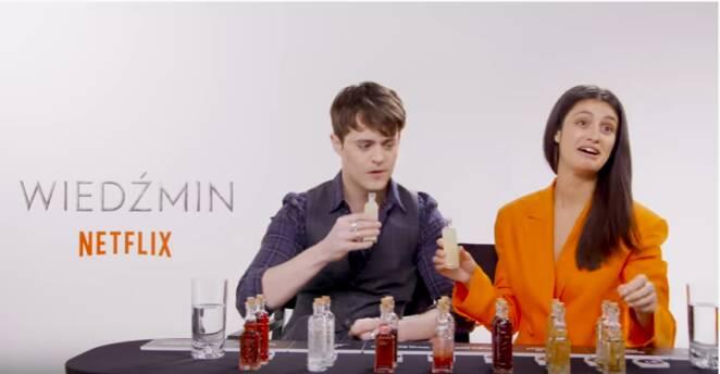 Jaskier i Yennefer piją polskie eliksiry