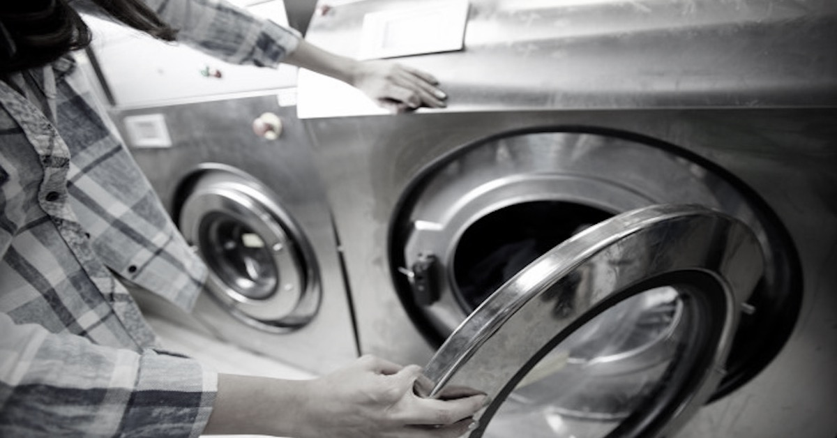Kobieta włożyła dziecko do pralki