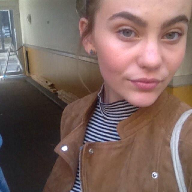 Nastolatka zapuściła monobrew