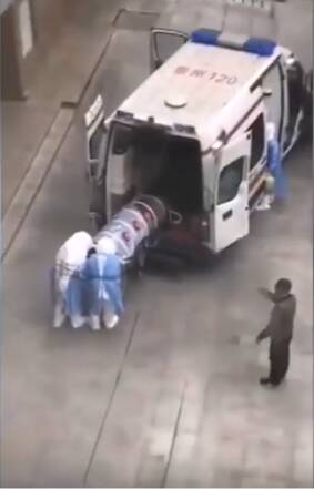 Pacjent przewożony w plastikowej rurze