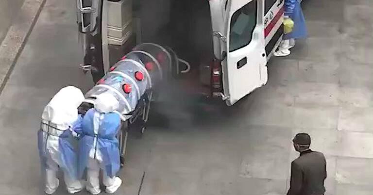 Pacjent przewożony w plastikowej tubie
