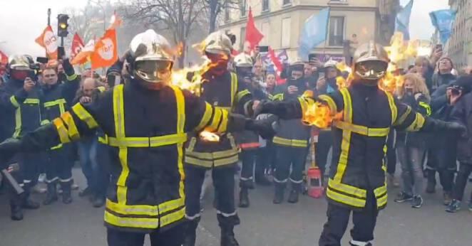 Policja walczy ze strażakami