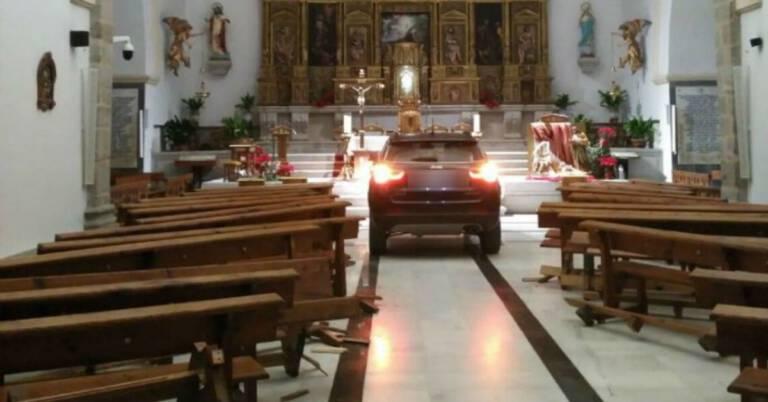Wjechał do kościoła autem