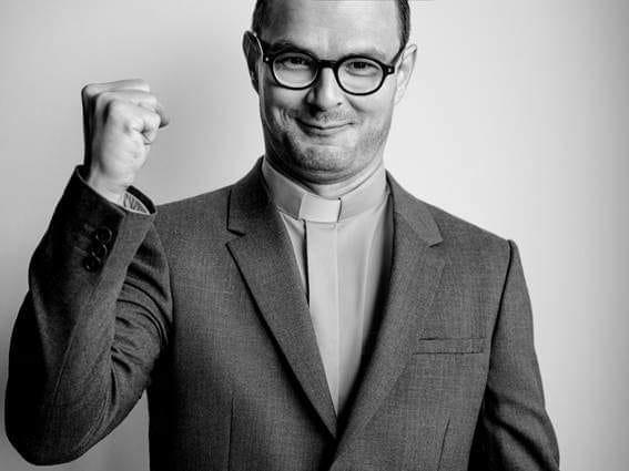 Znany aktor zagra ks. Jana Kaczkowskiego. Jego charakteryzacja jest mistrzowska!