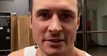 Mateusz Damięcki pomaga choremu dziecku