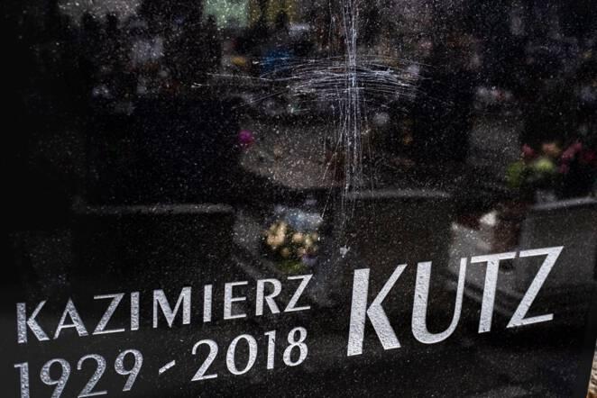 Uszkodzono nagrobek Kazimierza Kutza