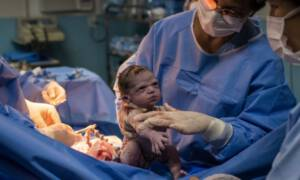 noworodek ze wściekłą miną