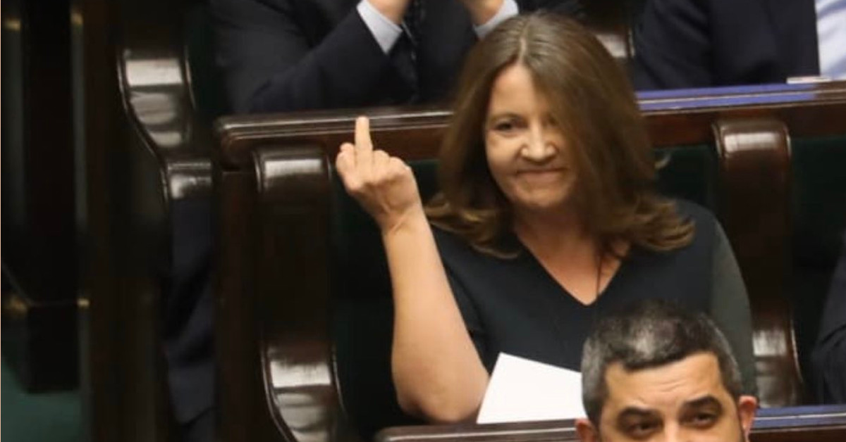 posłanka Lichocka pokazała środkowy palec