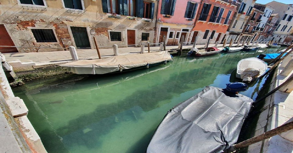 Woda w kanałach w Wenecji zmieniła kolor