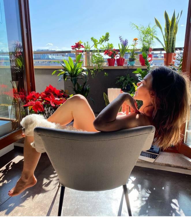 Edyta Herbuś w bikini na balkonie
