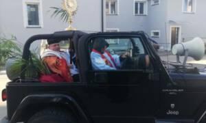 Lubaczów pobłogosławiony z samochodu w Niedzielę Palmową! [WIDEO]