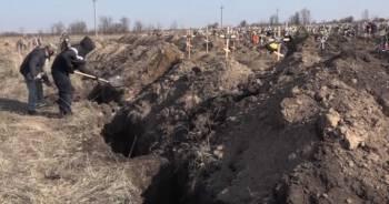 Ludzie zmuszeni do kopania grobów