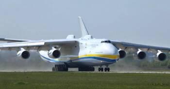 Samolot ze sprzętem medycznym w Warszawie