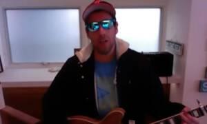 Adam Sandler debiutuje w swojej kwarantannie podczas rozmowy z Jimmy'm Fallonem