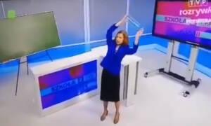 """Gimnastyka w """"Szkole z TVP"""". Nauczycielka w garsonce pokazuje, jak ćwiczyć"""
