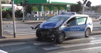 radiowóz wjechał na skrzyżowanie na czerwonym świetle