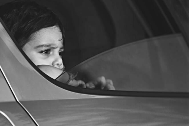 7-latka uwięziona w bagażniku auta