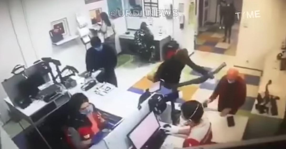Kobieta zdjęła majtki na poczcie