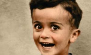 Chłopczyk uśmiecha się do zdjęcia. Nie wie, że za chwilę przyjdzie mu zginąć
